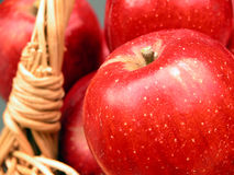 2 витамина корзины яблок Стоковые Изображения