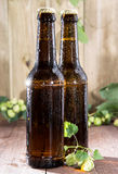 2 влажных бутылки пива на древесине Стоковая Фотография RF