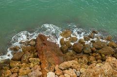 2 волны берега моря каменистых Стоковое Фото