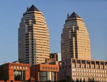 2 высокого здания на заходе солнца Стоковые Фотографии RF
