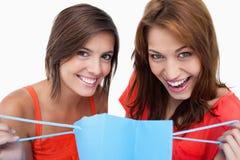 2 девочка-подростка держа мешок покупкы Стоковое Изображение RF