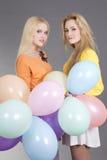 2 девочка-подростка с цветастыми воздушными шарами Стоковое Изображение