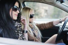 2 девушки в автомобиле Стоковое Изображение RF
