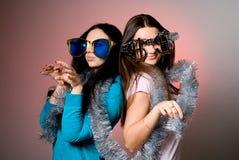 2 девушки в больших причудливых стеклах Стоковое Изображение