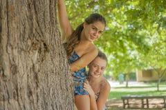 2 девушки в пуще Стоковое Изображение RF