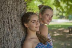 2 девушки в пуще Стоковые Фото