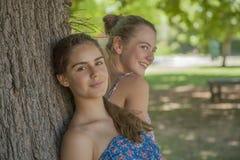 2 девушки в пуще Стоковая Фотография