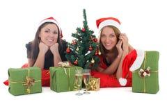 2 девушки в шлемах santa с настоящими моментами Стоковое фото RF