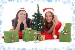2 девушки в шлемах santa с настоящими моментами Стоковые Фото