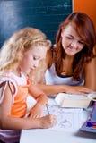 2 девушки делая домашнюю работу Стоковая Фотография