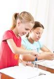 2 девушки делая их домашнюю работу Стоковая Фотография RF