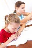 2 девушки делая их домашнюю работу Стоковое Изображение RF