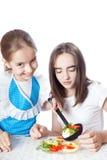 2 девушки есть вегетарианский салат Стоковая Фотография RF