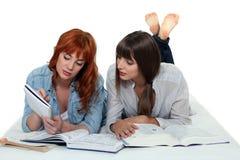 2 девушки изучая совместно Стоковые Фотографии RF