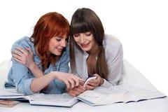 2 девушки изучая совместно Стоковая Фотография RF