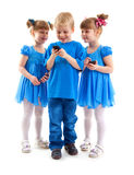 2 девушки и мальчик с их сотовыми телефонами Стоковое Изображение RF