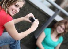 2 девушки на кампусе коллежа Стоковые Изображения RF
