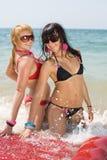 2 девушки на море Стоковые Фотографии RF