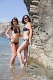 2 девушки на одичалом seashore Стоковое фото RF