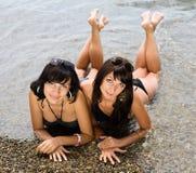 2 девушки на одичалом seashore Стоковые Фотографии RF