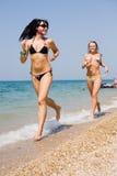 2 девушки на seashore Стоковые Изображения