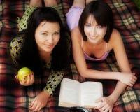 2 девушки ослабляя в парке Стоковые Фотографии RF
