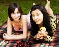 2 девушки ослабляя в парке Стоковое фото RF