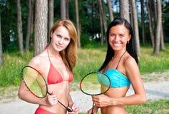 2 девушки представляя с badminton Стоковые Фотографии RF