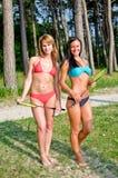 2 девушки представляя с badminton Стоковые Изображения RF