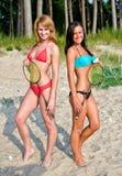 2 девушки представляя с badminton Стоковая Фотография