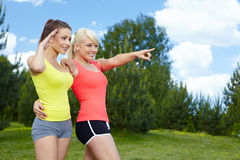 2 девушки пригодности напольной Стоковые Фото