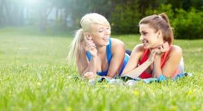 2 девушки пригодности напольной Стоковое фото RF