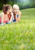 2 девушки пригодности напольной Стоковое Фото