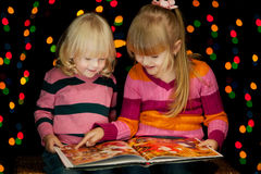 2 девушки прочитали книгу Стоковое фото RF