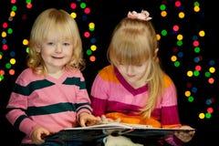2 девушки прочитали книгу Стоковая Фотография