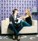 2 девушки разбрасывают русские рублевки Стоковое Изображение RF