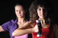 2 девушки разрабатывая в клубе пригодности Стоковая Фотография RF