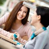 2 девушки связывают сидеть на столе Стоковые Фотографии RF