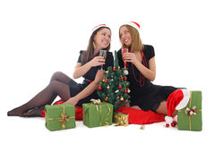 2 девушки сидя и выпивая шампанское Стоковые Изображения