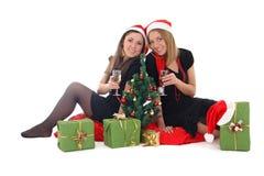 2 девушки сидя и выпивая шампанское Стоковая Фотография RF