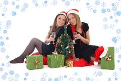 2 девушки сидя и выпивая шампанское Стоковое фото RF