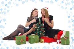 2 девушки сидя и выпивая шампанское Стоковое Изображение