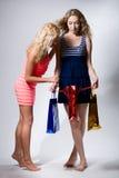 2 девушки смотрят в красном бумажном пакете Стоковое Изображение RF