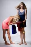 2 девушки смотрят в красном бумажном пакете Стоковое Фото