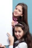 2 девушки с знаменами. Стоковое Фото