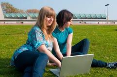 2 девушки с компьтер-книжкой Стоковое Фото