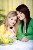 2 девушки с мобильным телефоном Стоковое фото RF