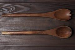 2 деревянных ложки на коричневой таблице Стоковое фото RF