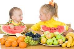 2 дет едят плодоовощ на таблице Стоковое Фото