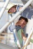 2 дет - малыши - имея потеху outdoors Стоковые Изображения